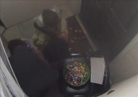 Arschlochvater klaut Halloween Süßigkeiten