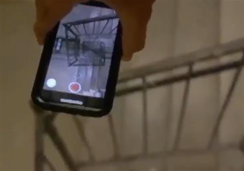Irrer Smartphone-Sturz im Treppenhaus