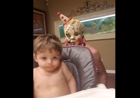 Dieses Kind hat keine Angst vor Horrorclowns