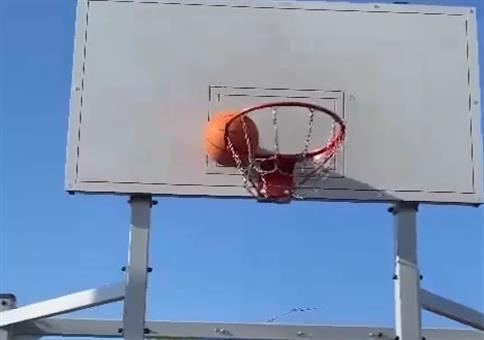 Den Basketball mit nem Schuh runterholen