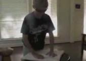 Vater des Jahres lässt seinen Sohn ein Horn aus einem Handtuch bauen