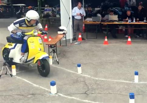 Präzise mit dem Motorroller durch den Hindernisparcour