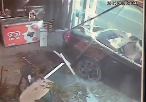 Schaufenster, Cabrio und nackte Ärsche