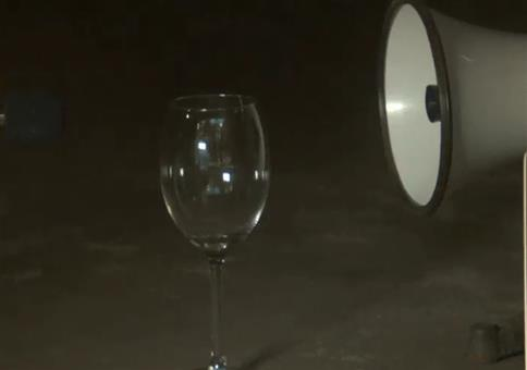 Megaphon lässt Glas zerspringen