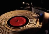 Alte Schallplatte mit Holzkleber säubern