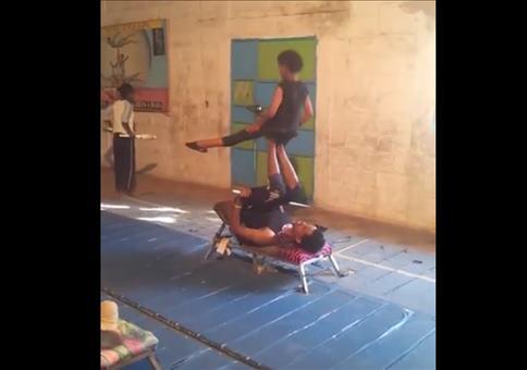 Kinder beim Akrobatentraining