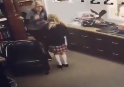 Kleine Mädchen erfährt, dass ihre Adoption genehmigt ist