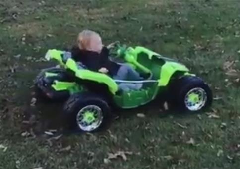 Kind spielt mit Gaspedal
