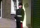 Einen britischen Gardisten zum lachen kriegen