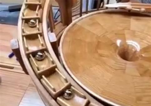 Eine Murmelbahn aus Holz auf Hochglanz poliert