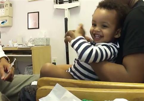 Spaßige Impfung beim Kinderarzt