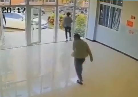 Zwei Typen und eine Glastür