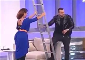 Leiter hoch klettern im rumänischen Fernsehen
