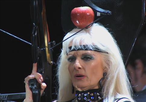 Sich selbst mit der Armbrust einen Apfel vom Kopf schießen