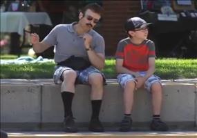 Verdruffter Vater mit dem Sohne
