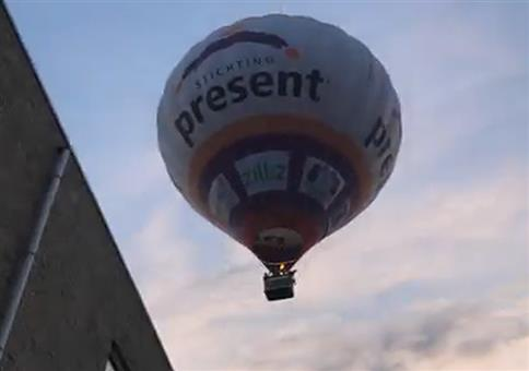 Heißluftballon landet in Wohngebiet