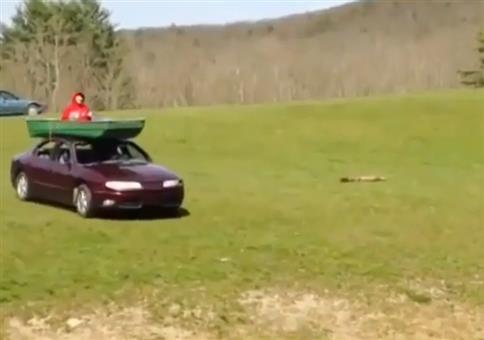 Boot auf Autodach Action