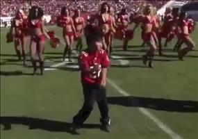 Kiddie tanzt mit NFL Cheerleadern