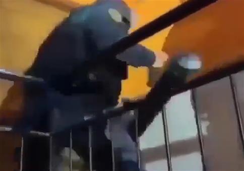 Polizei braucht etwas bei der Stürmung dieser Wohnung