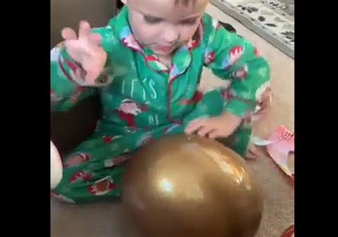Kind bekommt zu Weihnachten Riesen-Ei