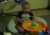 Baby ist fasziniert von Ballmaschine