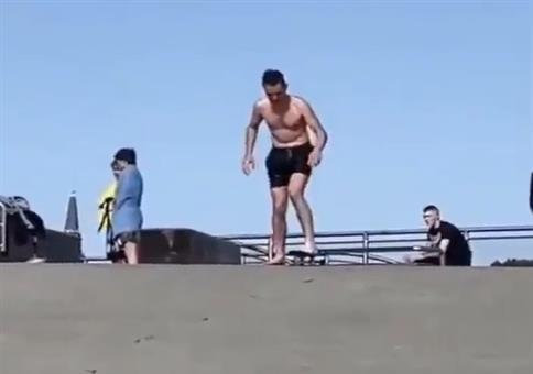 Triathlon: Skateboard, Fahrrad, Schwimmen
