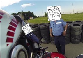 Neulich am Straßenrand: Polizei stoppt Motorradfahrer