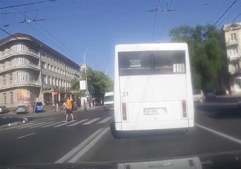 Das war knapp: Fahrrad fährt vor Auto