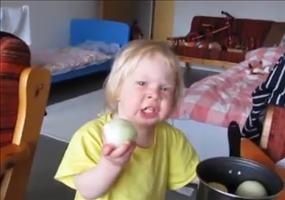 Kind isst Zwiebel