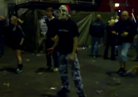 Hardcore Hakke mit Weihnachtsmannmütze
