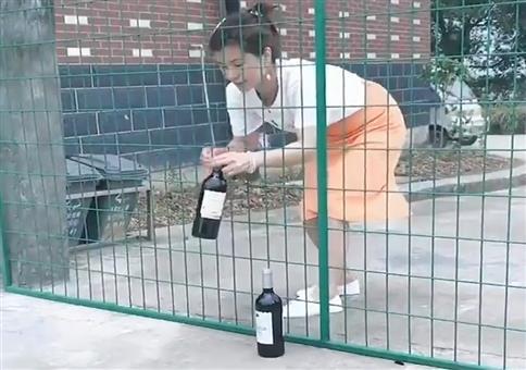 Weinflaschen üper das Gitter fummeln