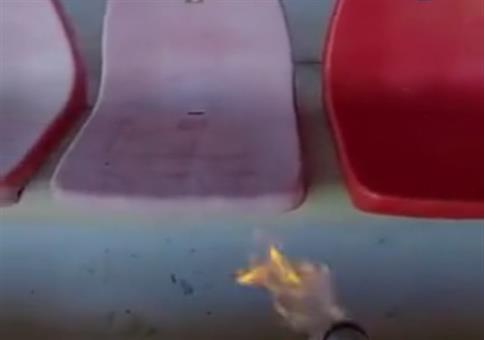 Mit dem Flammenwerfer die Sitze im Stadion aufhübschen