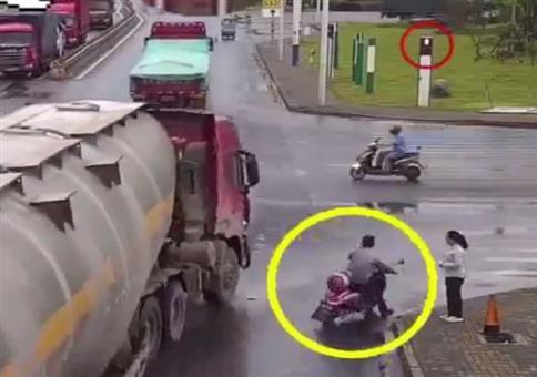 Das war knapp: Motorradfahrer vs LKW