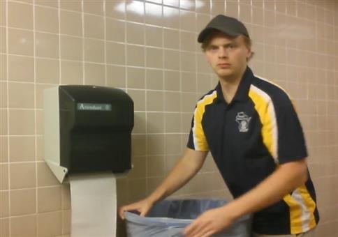 Auf Toilette mit dem Papierspender musizieren
