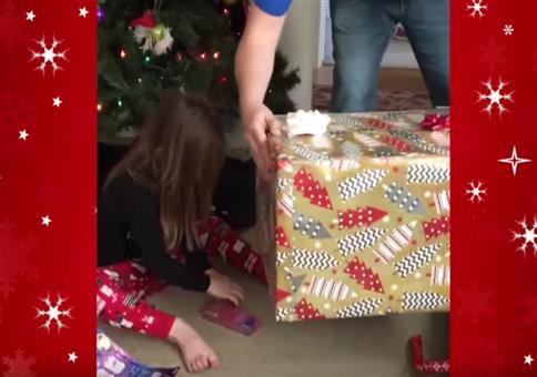 Mädchen bekommt leere Box zu Weihnachten