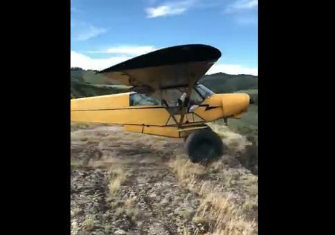 Mit dem Flugzeug über die Klippe rollen