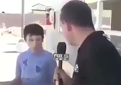Reporter stellt jungem Mann eine Frage