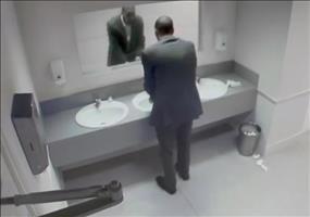 Spiegelschocker auf öffentlicher Toilette
