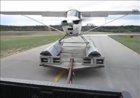 Wasserflugzeug startet von einem Anhänger aus