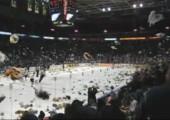 Teddybär Invasion beim Eishockey