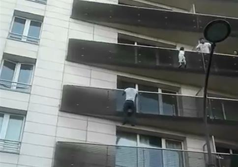 Baby vom Balkon retten - Der Held von Paris