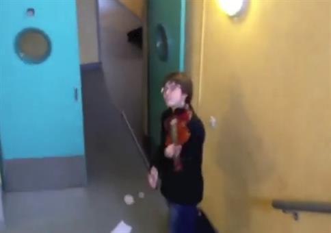 Streich: Mit der Geige zum Feueralarm