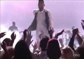 Von der Bühne ins Publikum springen