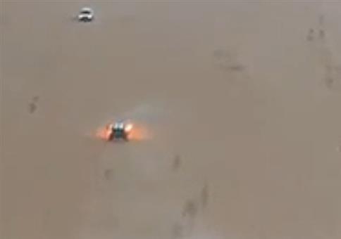 Wie löscht man einen Autobrand in der Wüste?