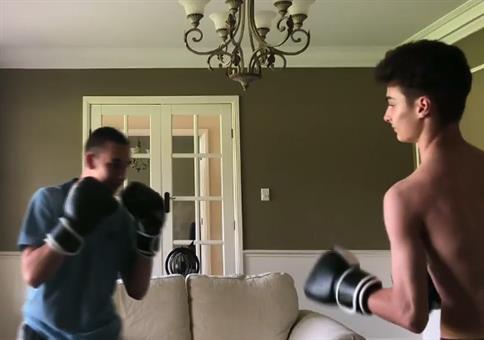 Kleines Box-Duell im Wohnzimmer