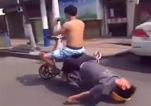 Betrunkenen Kumpel nach Hause fahren