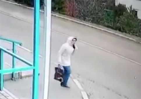 Das war knapp: Die Frau und der Bus