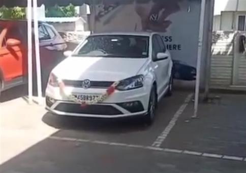 Mit dem neuen Auto vom Hof fahren