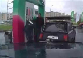 Tanzender russischer Tankwart