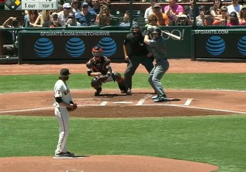 Beim Baseball den Ball mit seinem Essen fangen